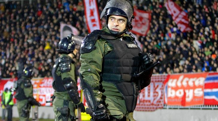 Partizan-Stella Rossa 1-1: incidenti e un tifoso in fin di vita nel derby di Belgrado