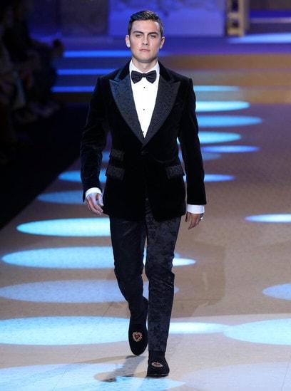 L'attaccante della Juve in smoking di velluto per Dolce &Gabbana