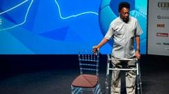Pelé con il deambulatore: «I miei nuovi scarpini»