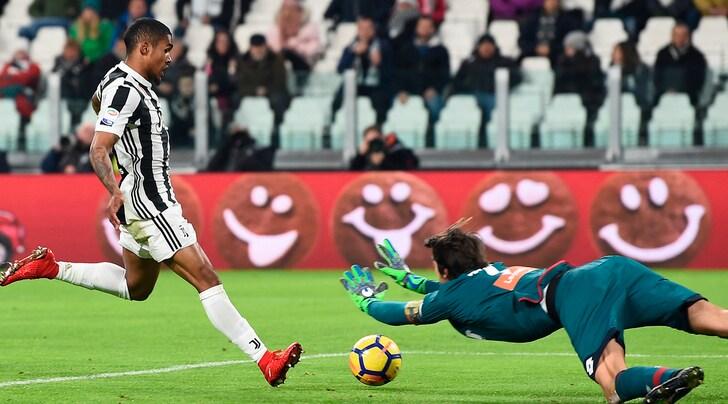 Douglas Costa, un Flash sul Genoa. Juventus di nuovo a -1 dal Napoli