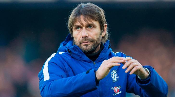 Conte lascia l'allenamento del Chelsea scuro in volto