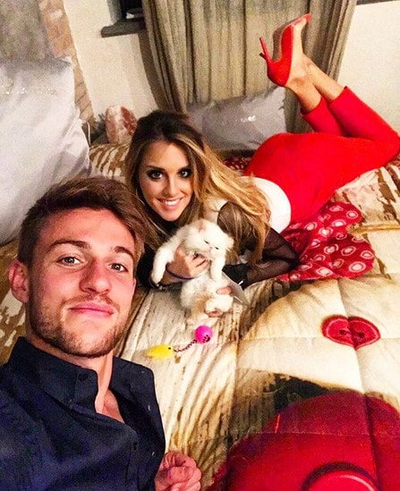 Selfie amoroso tra Daniele Rugani, la sua fidanzata Michela Persico e il loro cane