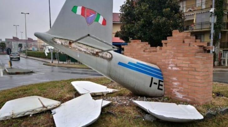 Vandali spezzano le ali del monumento al Grande Torino