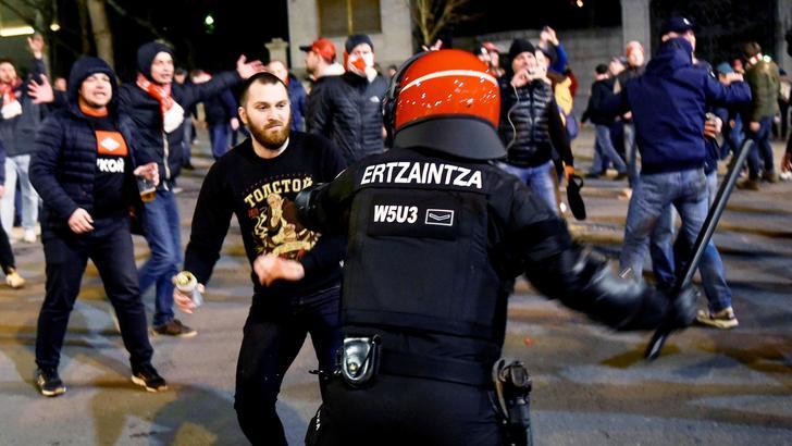 Scontri a Bilbao, muore un poliziotto