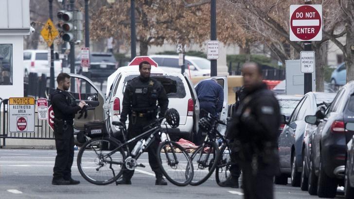 Auto su barriera Casa Bianca, lockdown