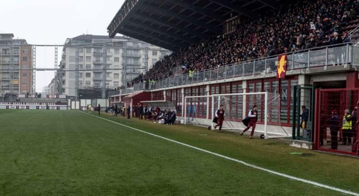 Torino, tifosi contestano e lanciano un grosso petardo