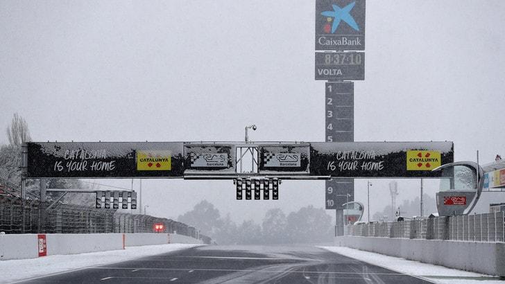 F1, test Barcellona: la neve fa ritardare la partenza, ma si gira