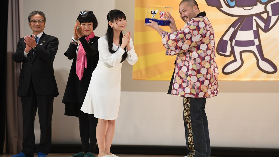 Gli alunni delle scuole elementari giapponesi hanno scelto due personaggi creati dal disegnatore Ryo Taniguchi. Le mascotte scelte hanno ottenuto 100mila voti
