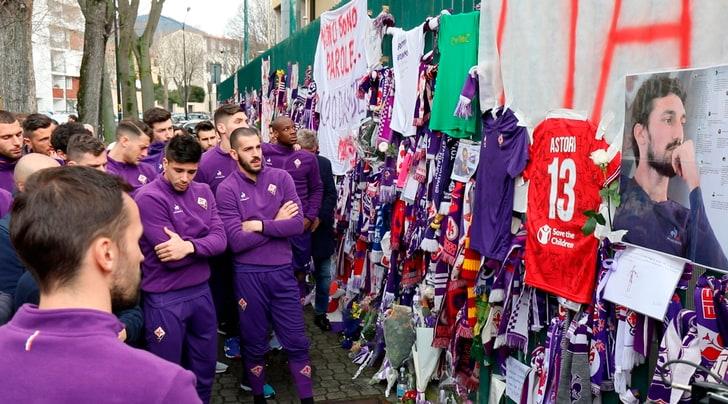 Serie A, la Fiorentina ritira i ricordi di Astori ai cancelli del Franchi
