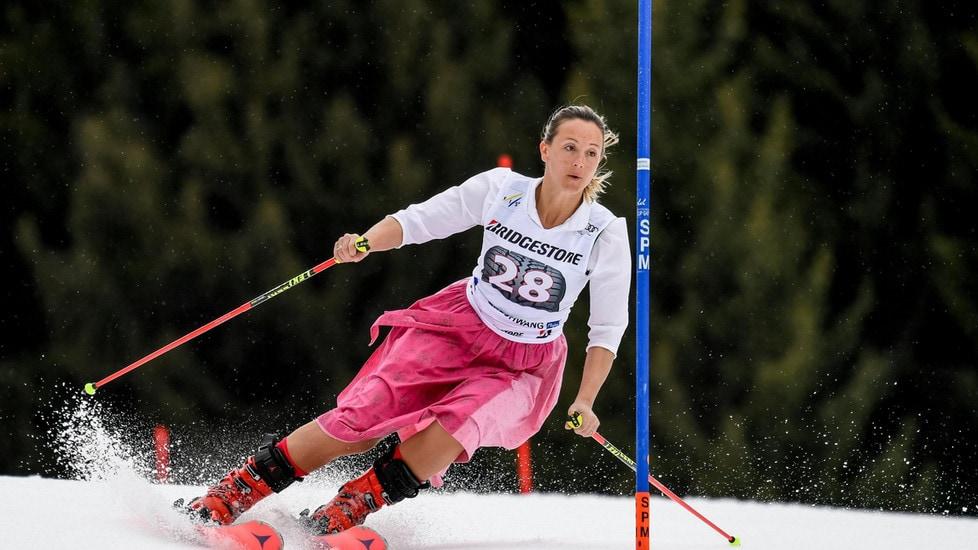 Michaela Kirchgasser in Austria applaudita dai suoi tifosi per l'ultima competizione ufficiale della sua carriera. E la scelta dell'outfit è tipica del suo paese natale