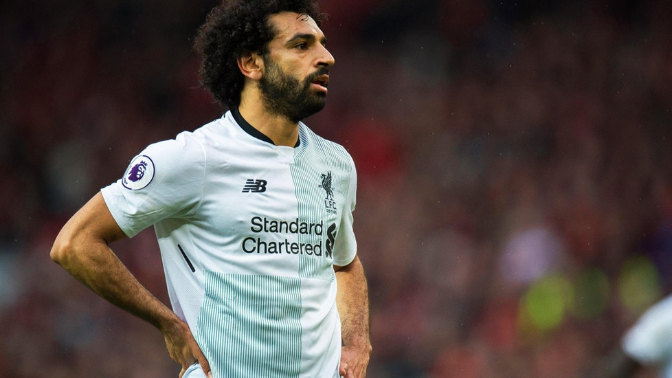 """Il giornalista, oltre che a livello politico, critica Salah anche a livello estetico: """"non si addice alla sua età"""" e l'attaccante """"deve rivedere l'acconciatura dei suoi capelli folti che sembra disordinata come se non fosse andato dal barbiere da anni""""."""