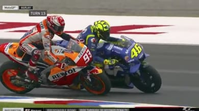 Marquez fa cadere Rossi: Valentino si infuria