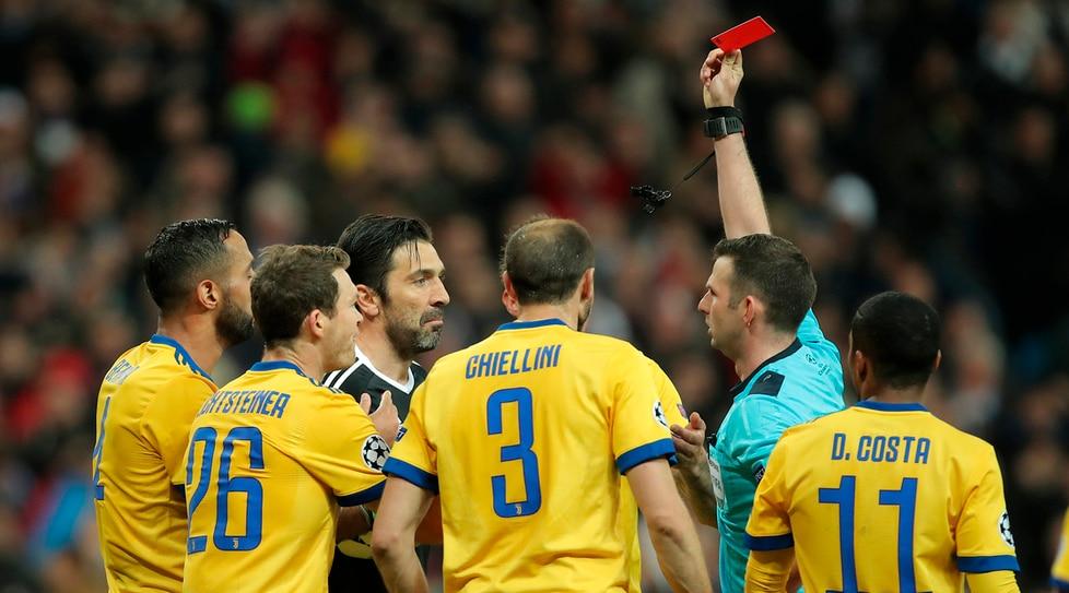 L'espulsione al 93' del portiere della Juventus dopo il rigore fischiato al Real Madrid