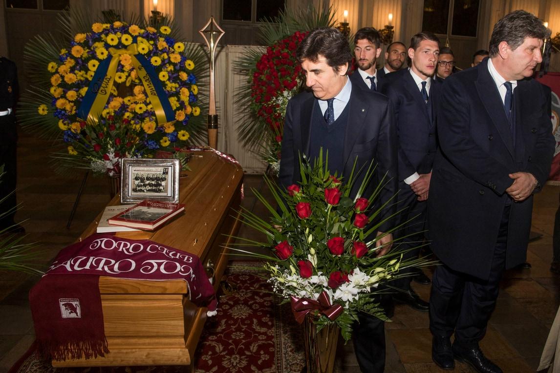 Torino, tutti in fila per l'omaggio a Sauro Tomà. Cairo: «Una persona unica»