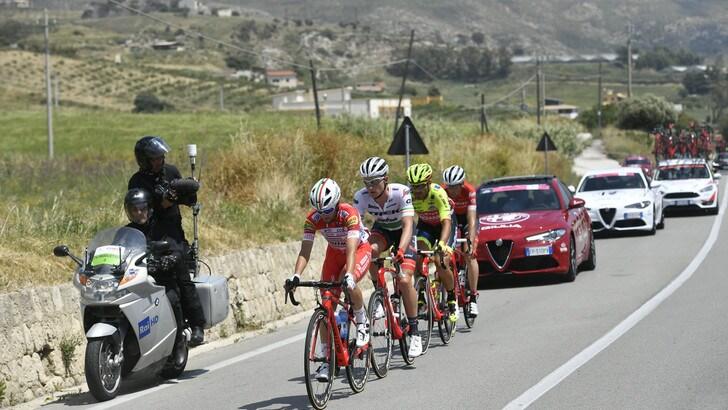 Giro d'Italia, grave incidente: un motociclista del servizio d'ordine in fin di vita