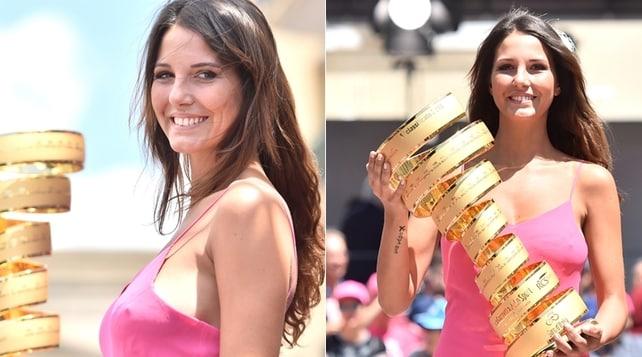 Giro d'Italia, trasparenze sexy per la modella che porta il trofeo