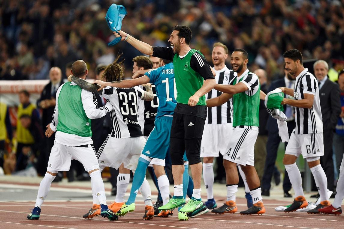 La Juventus festeggia all'Olimpico: la gioia al fischio finale