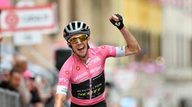 Giro d'Italia, a Osimo trionfa ancora la maglia rosa Yates