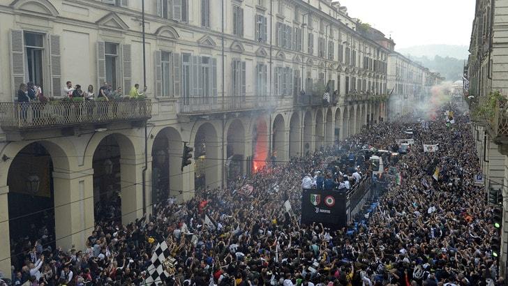 Camion urta i cavi del tram, gravi due tifosi della Juventus