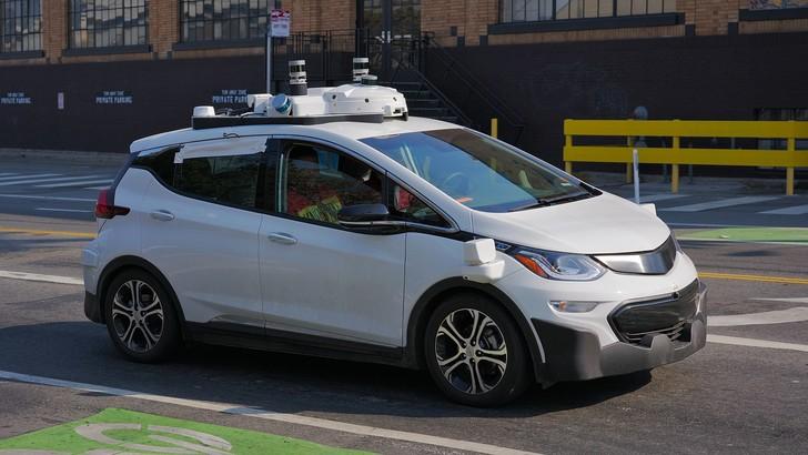 Mobilità, italiani sempre più interessati a guida autonoma e car sharing