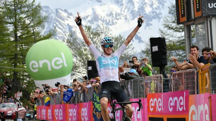 Giro d'Italia, pazzo Froome: trionfa a Bardonecchia e si prende la maglia rosa