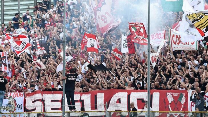 Serie B Bari, dopo la penalizzazione, striscioni contro la società