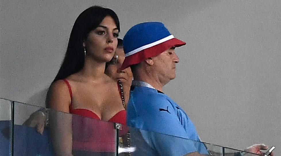 Georgina Rodriguez triste per l'eliminazione del Portogallo ai Mondiali in Russia. Dietro di lei, faccia triste anche per la mammadi CR7 Dolores Aveiro