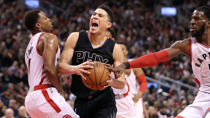 NBA, Devin Booker ko: sarà operato alla mano