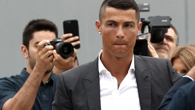 Cristiano Ronaldo al J Medical: sorrisi, autografi e un «Juve, Juve»