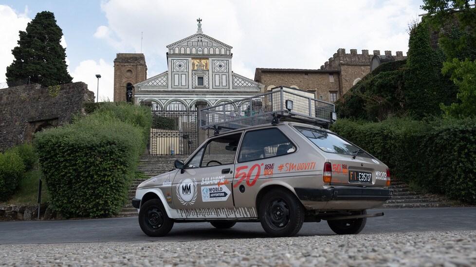 È partito dalla sua città il viaggio che porterà il pilota toscano, a bordo di una Ford Fiesta del 1984, dall'altra parte del mondo. Ecco le foto prima della partenza