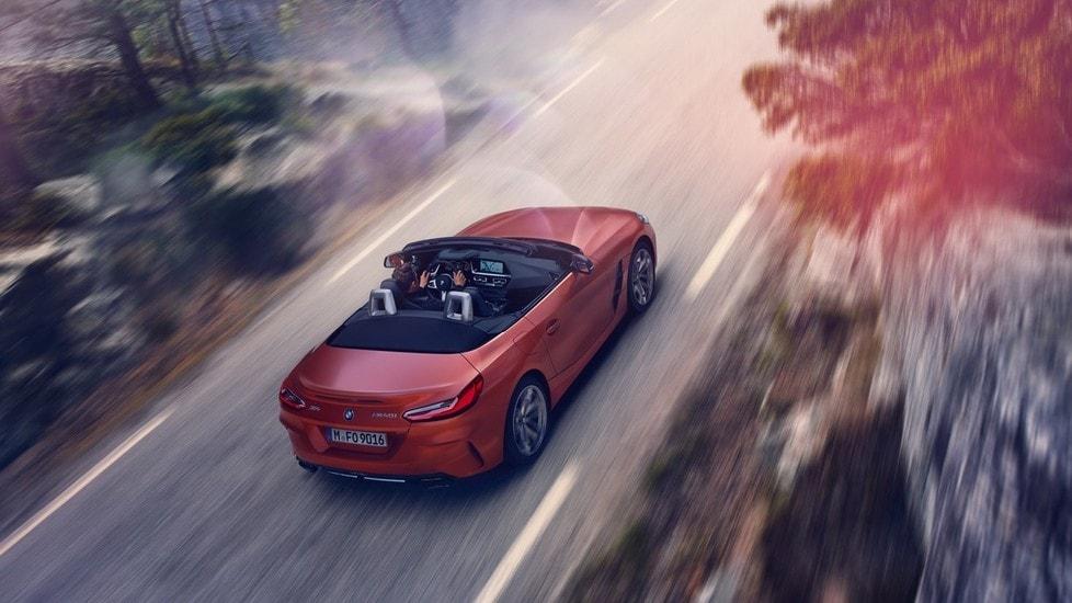 Da Pebble Beach BMW annuncia nuova Z4. La roadster debutta in versione M40i, con motore 3 litri twin turbo da 340 cavalli, assetto a controllo elettronici e freni potenziati. Sul mercato andrà a partire dalla primavera 2019
