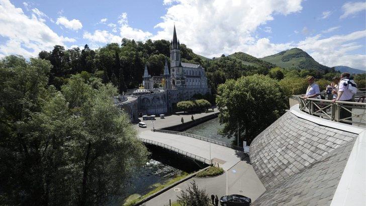 Artista nuda a Lourdes, sarà processata