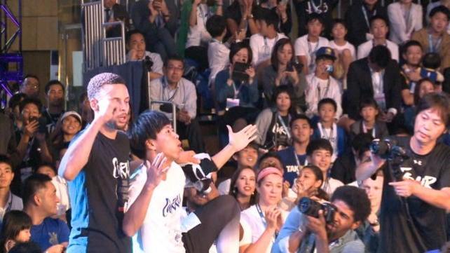NBA, Curry delizia i fan a Tokyo