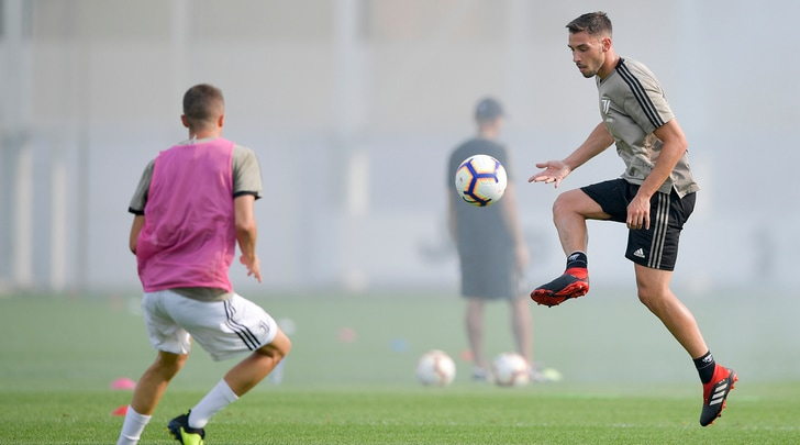 Juventus: stop per Barzagli mentre si scaldano De Sciglio, Perin, Rugani e Bentancur