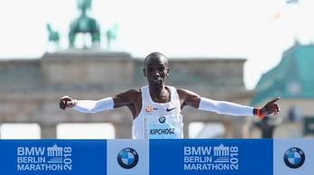 Maratona, il keniano Kipchoge nella storia: record del mondo a Berlino