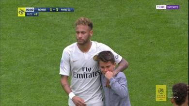 Bimbo invade il campo, Neymar gli dà la maglia