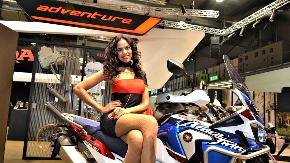 le sexy ragazze di eicma le foto 1 tuttosport. Black Bedroom Furniture Sets. Home Design Ideas