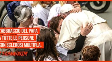 Papa Francesco e l'abbraccio ad AISM