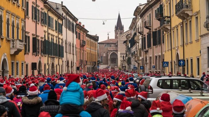 Melegatti Christmas Run Verona, un'onda rossa di 7000 Babbi Natale ha colorato la città