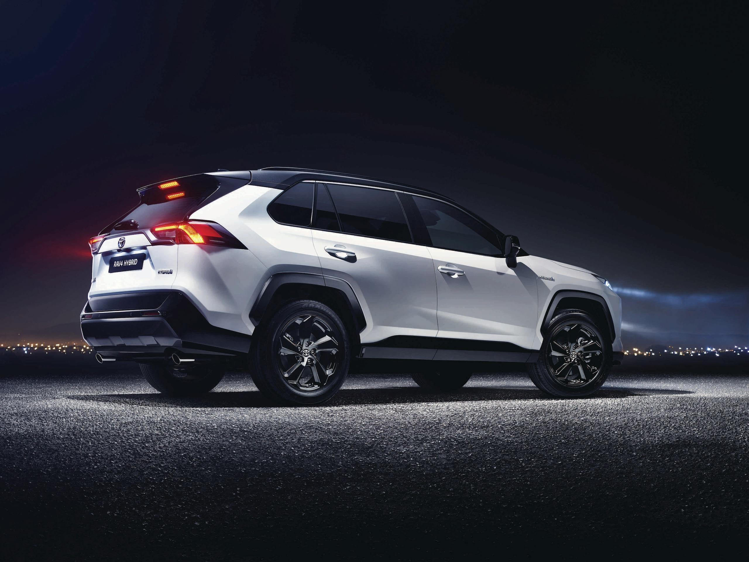 Toyota RAV4 Hybrid, show sulla neve tra musica e spettacolo