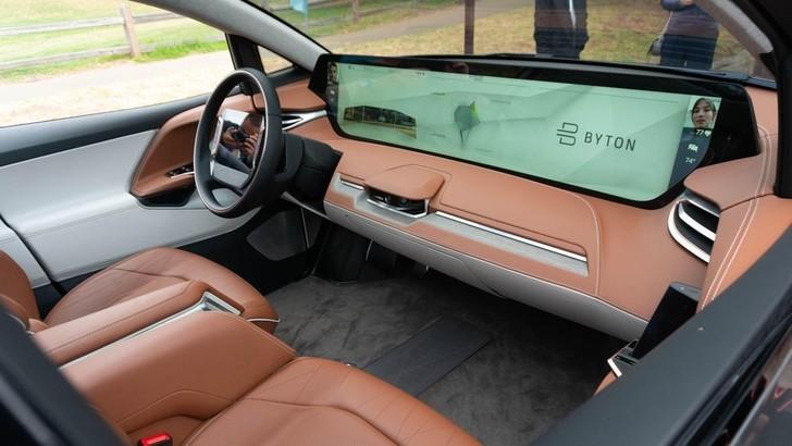 Byton M-Byte, il SUV ha uno schermo da 49 pollici