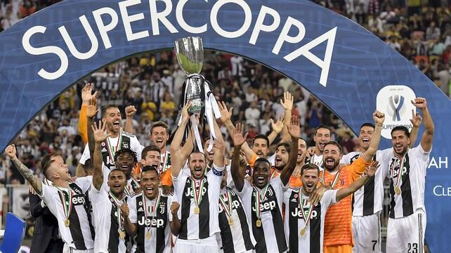 Chiellini alza la Supercoppa: la festa della Juventus