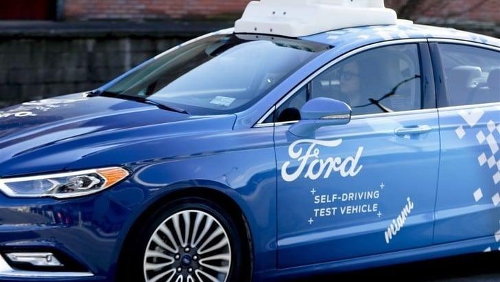 Ford: test per connettere guida autonoma, ciclisti e pedoni