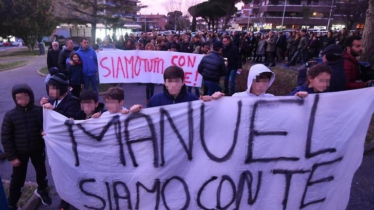 Bortuzzo, a Roma fiaccolata per il nuotatore. Gattuso: «Esempio per i giovani»