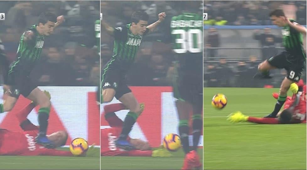 L'attaccante del Sassuolo viene atterrato dall'avversario in area ma l'arbitro, dopo aver rivisto l'episodio alla moviola, decide di far continuare il gioco