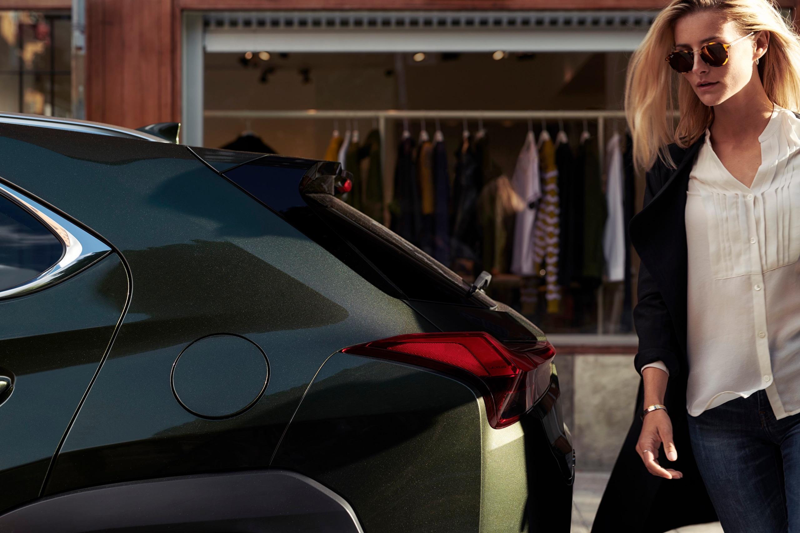 Lexus UX Hybrid sfila nella città del lifestyle