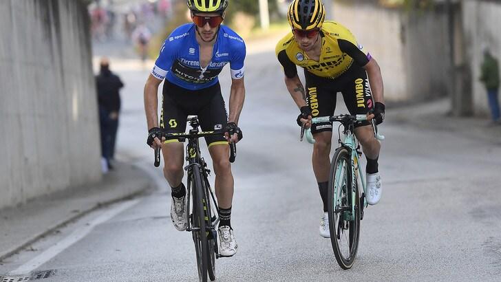 Ciclismo, che finale alla Tirreno-Adriatico! Primoz Roglic trionfa per 1'' davanti a Yates