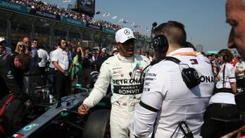 F1 Mercedes, Hamilton si dà allo sky diving