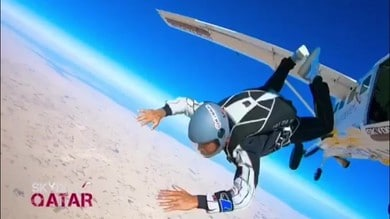 Hamilton: lancio spettacolare col paracadute