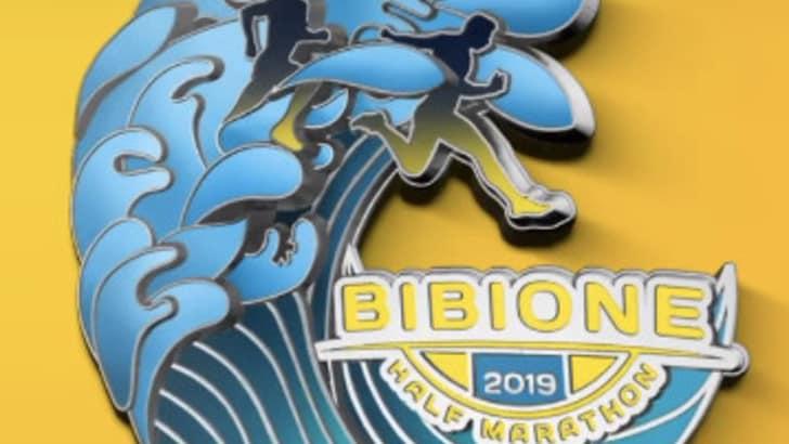 La medaglia della Bibione Half Marathon è un'onda!